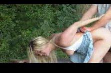 Autofahrer fickt blonde Anhalterin